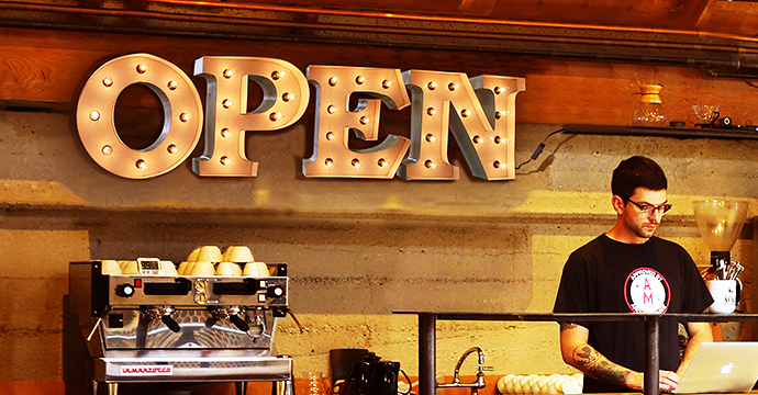 アルファベットライト/ブリキ立体文字電球看板【OPEN】を飾ったイメージ